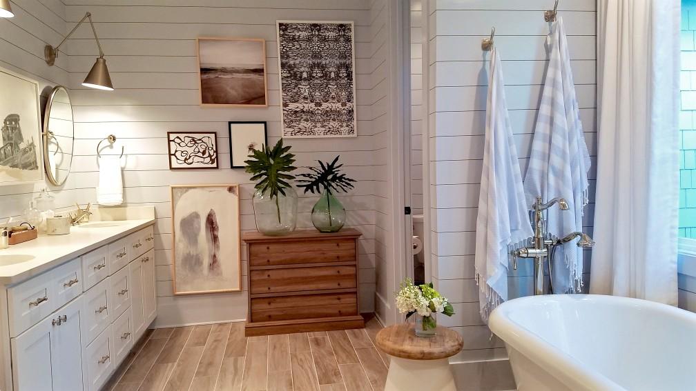 Comment bien agencer une salle de bains en L ?